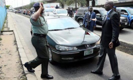 Gov Fashola accosting a Military officer